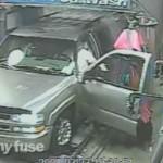 蠢到笑!這位天才在自動洗車時做了一件大家都不會做的事….
